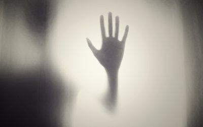 «Разгоняют страх и истерию»: психолог — о том, почему общество требует уничтожить обвиняемых в педофилии